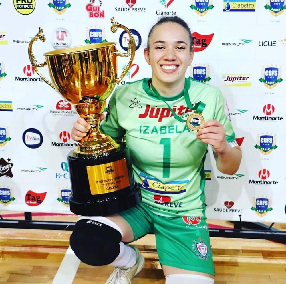 Crédito: Reprodução/Instagram - Izabela comemorando o título da Libertadores do Cianorte Futsal, no ano passado.