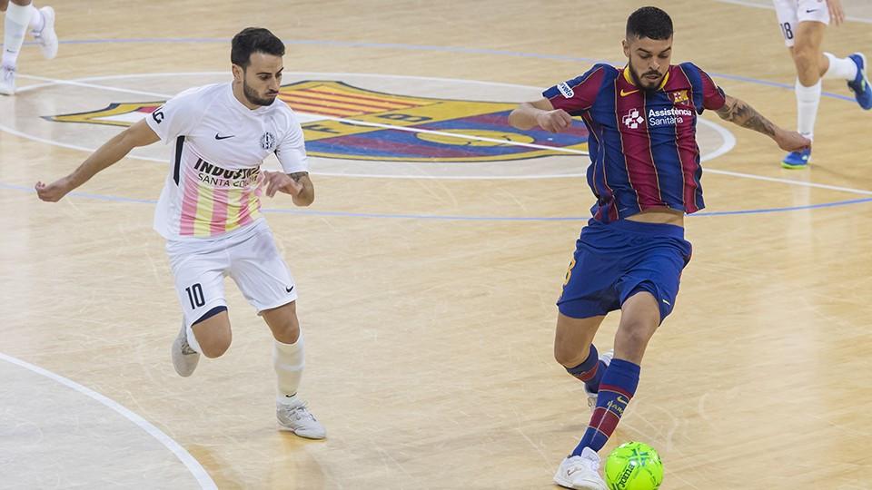 Crédito: LNFS - Matheus, jogador do Barça, contra Sepe, das Industrias Santa Coloma.