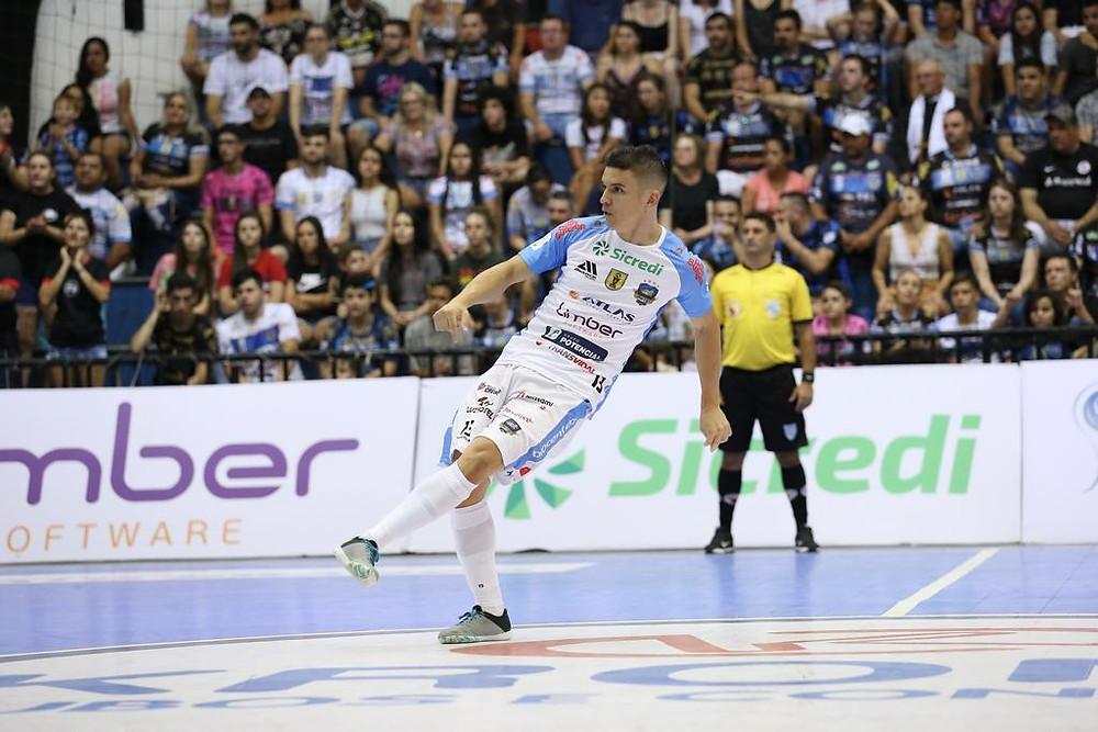 Crédito Mauricio Moreira - Vitor Hugo em ação pelo Pato Futsal