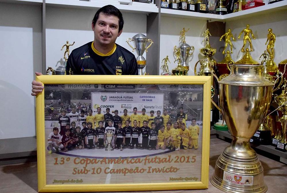 Crédito: Lucas Pavin - Técnico exibe quadro e taça da Copa América de 2015