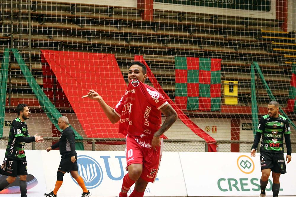 Crédito: Edson Castro - Cleber comemorando um dos dois gols que fez na partida