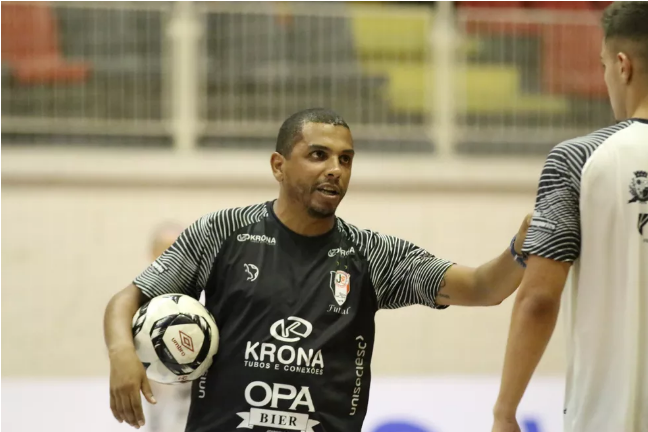 Crédito: Juliano Schimdt - Daniel Júnior, técnico do Joinville, orienta a equipe a apostar na intensidade defensiva e inteligência no ataque para conquistar o título.