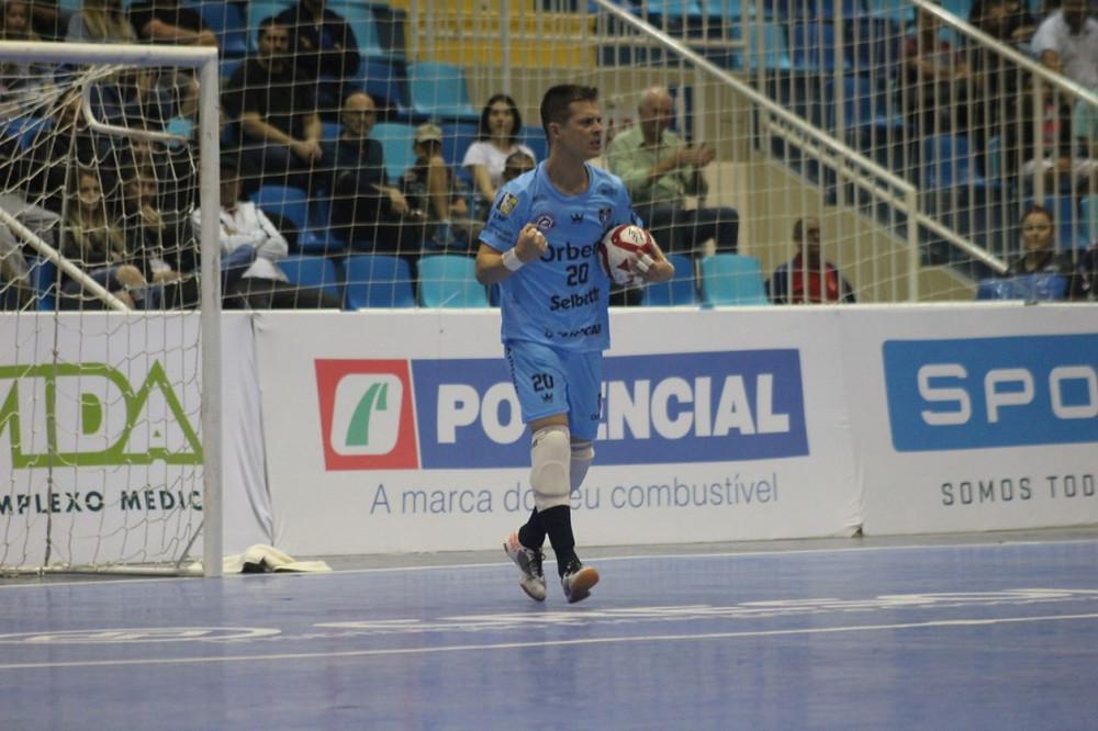 Crédito - Iully Ribeiro - Goleiro Marcinho foi ovacionado pela torcida na Arena Estener Soratto