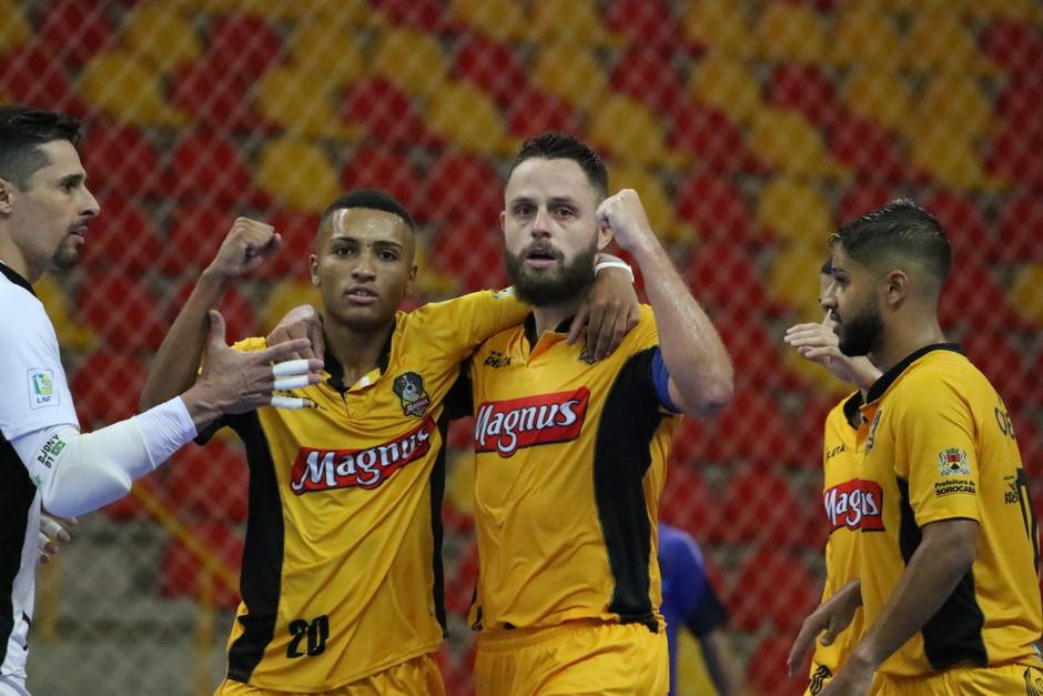 Crédito: Guilherme Mansuetto - Elenco do Magnus comemorando um dos gols na vitória por 7 a 3 sobre o Minas.