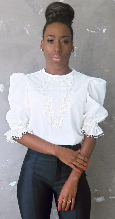 003 - Blusa de algodão com aplicação em renda