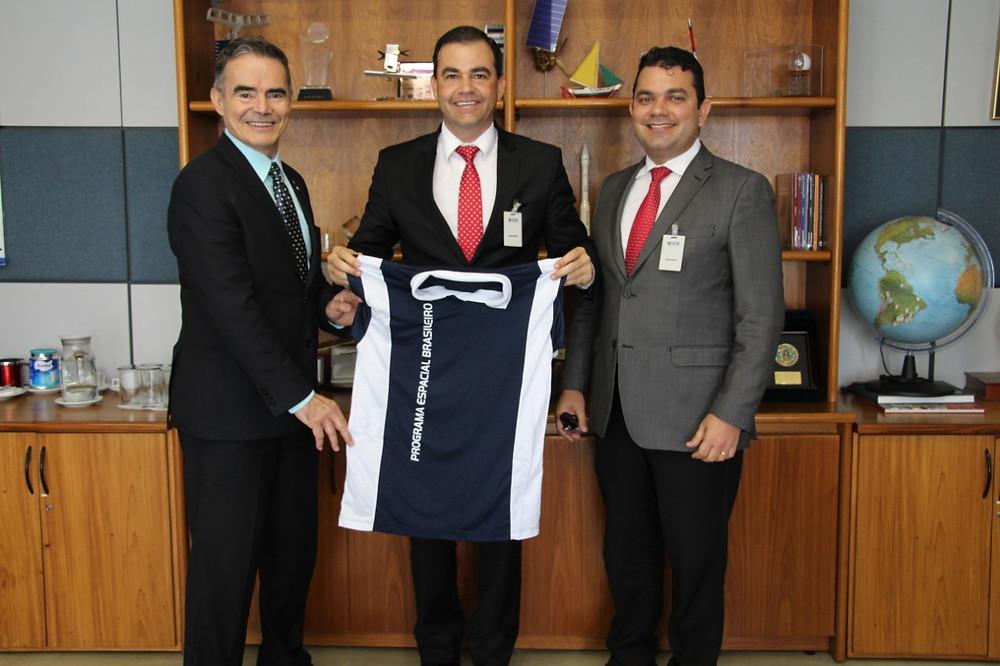 fabio uchoa na sede da agência especial brasileira.