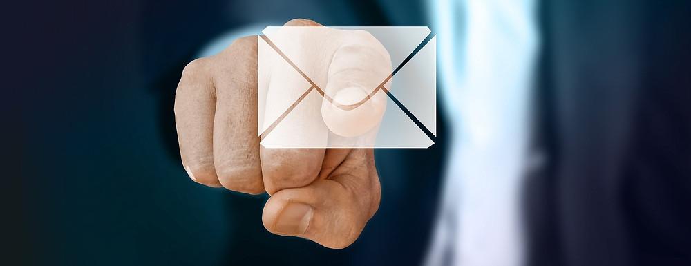 mão clicando em um email para abrir a caixa de correio