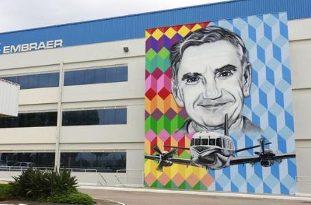 Ozires Silva é homenageado em painel gigante na sede da Embraer