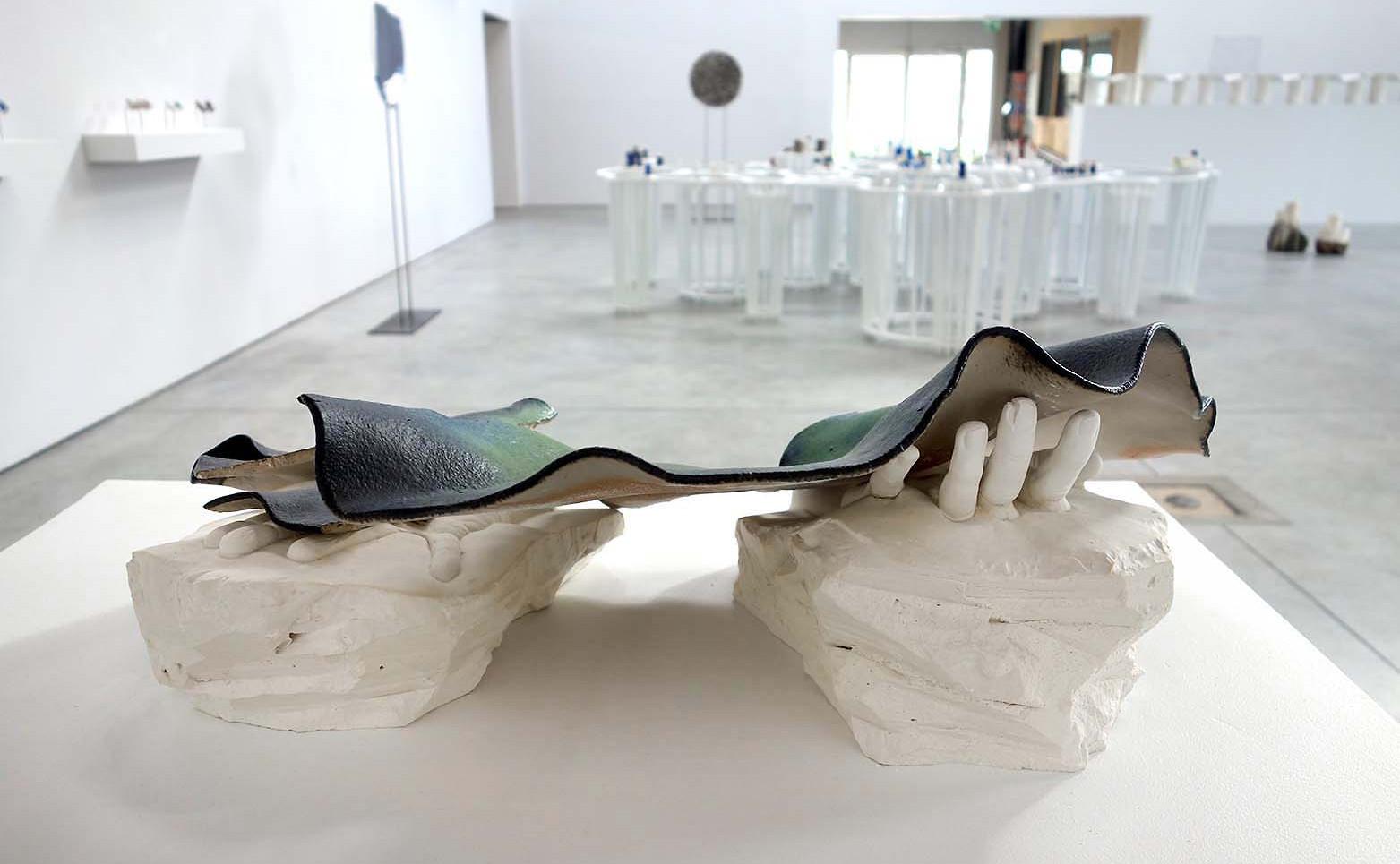 GRÉGORIANE CANAMÉRAS La paumée, 2019 Porcelaine rêche émaillée de Jingdezhen, plâtre 65 x 40 x 25 cm.