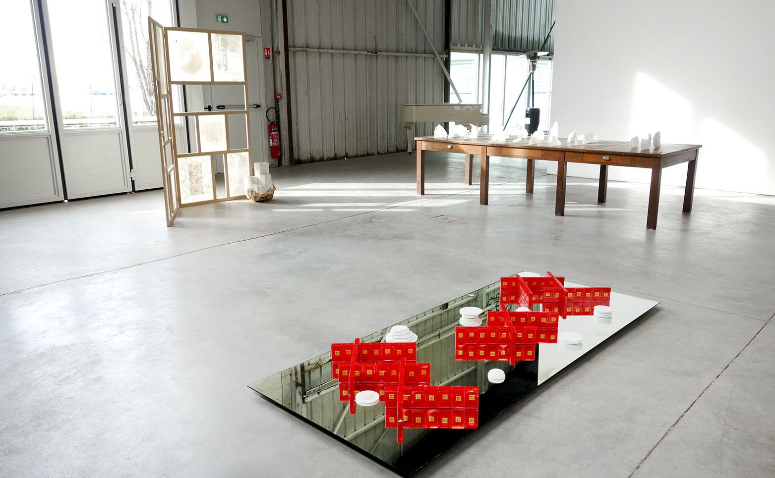 NICOLAS H. MULLER Réflexions et transitions, 2020 Temps, paquets de cigarettes chinoises, porcelaine de Jingdezhen, porcelaine de Limoges, miroir 230 x 20 x 100 cm.