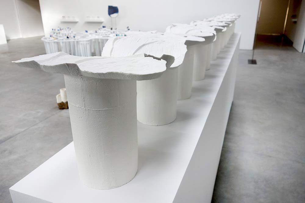 GRÉGORIANE CANAMÉRAS Le louvoyant, 2020-2021 Porcelaine 408 x 35 x 150 cm.
