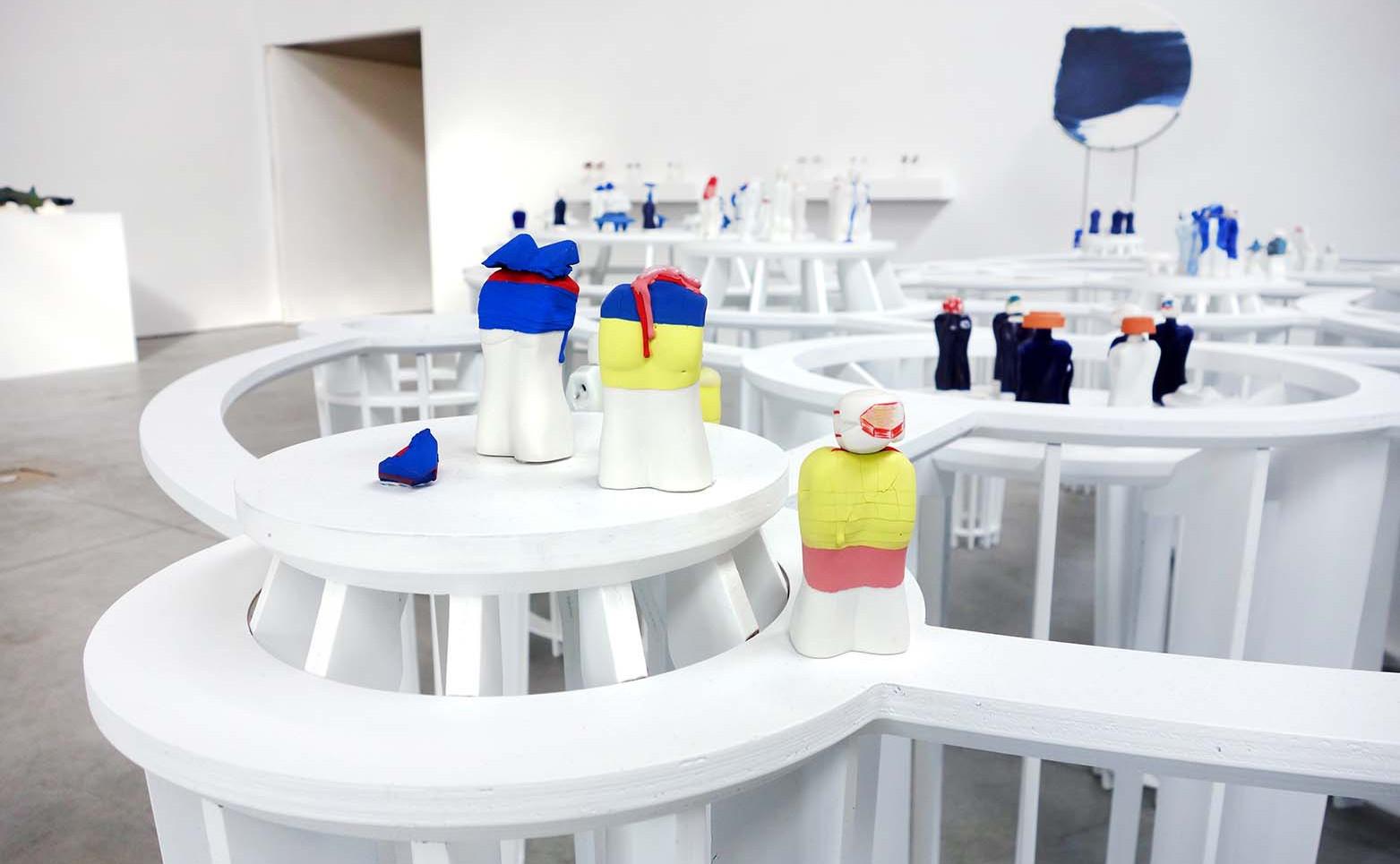 AIMIE MOREL La Foule, 2021 105 porcelaines émaillées 8 x 2 x 3 cm (chaque).  DAVID RENAUD Le jardin armillaire, 2021 Bois 390 x 370 x 90 cm.