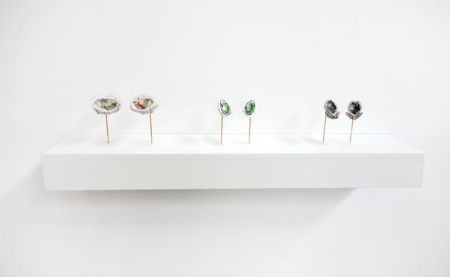 CAMILLE REIDT Strange Seeds / Xénomorphe, 2020 18 pièces en porcelaine soclées sur tiges en laiton 12 x 8 x 4,5 cm.
