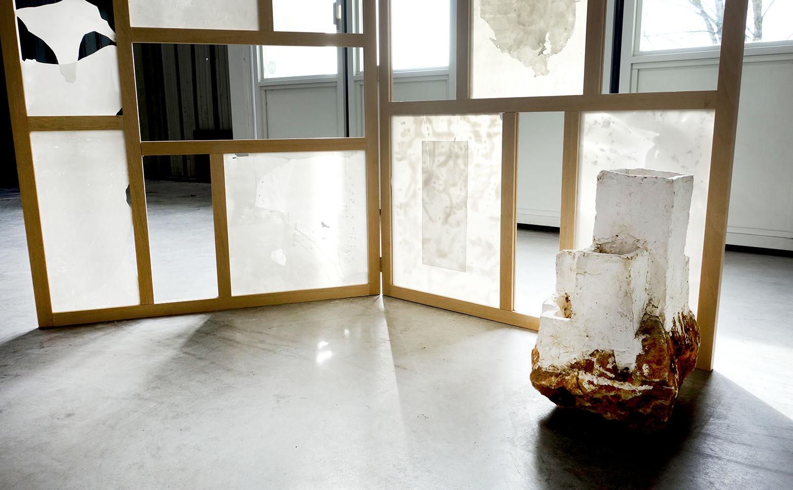 HERVÉ DELAMONT Château en Espagne, 1987-1992 4 éléments, plâtre et pierre 46 x 36 x 26 cm.  NICOLAS H. MULLER I Heard you Looking, ou Jardin de l'Ombre, 2021 Bois, porcelaine 200 x 180 x 50 cm.