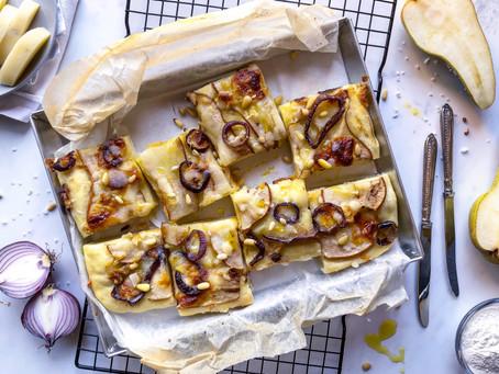 Ricetta brunch: focaccia caciotta e pere con cipolle caramellate