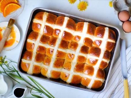 Hot cross buns: storia e ricetta dei panini inglesi