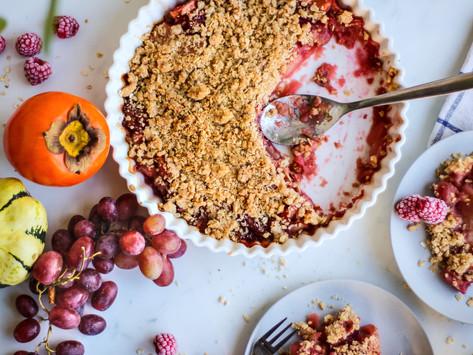 Ricetta crumble d'avena con mele, lamponi e uva