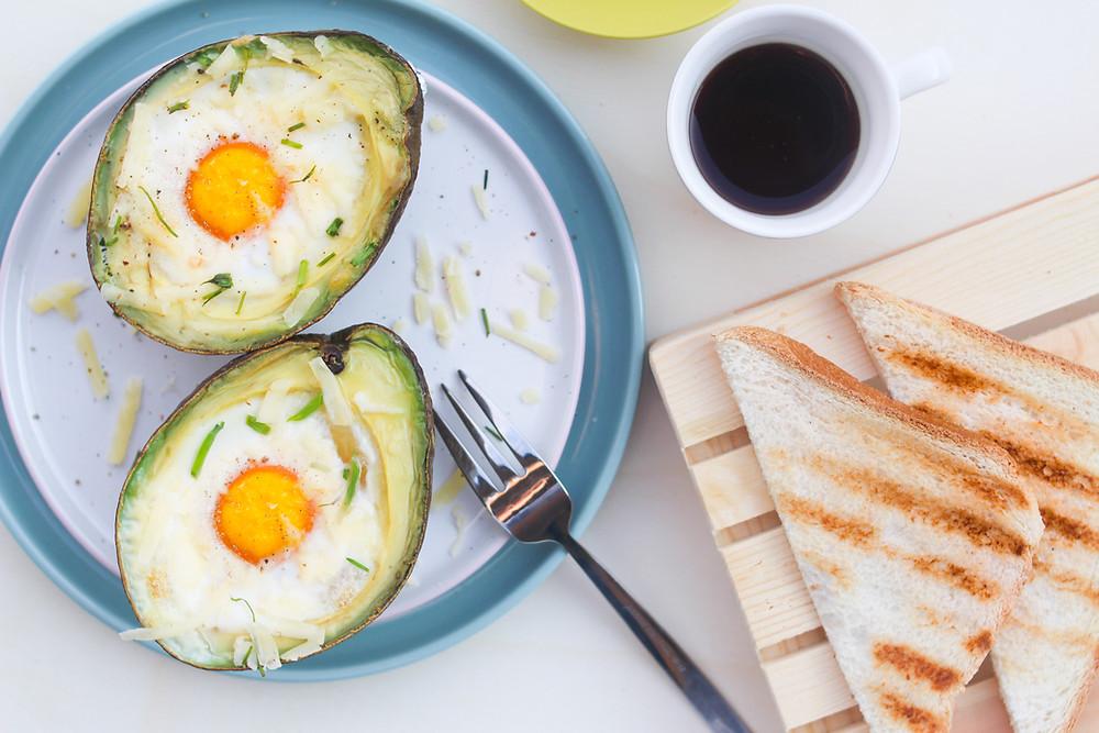 ricetta brunch uovo al forno in avocado con pancetta e formaggio
