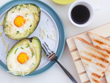 Uova al forno in avocado con pancetta e formaggio