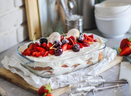 Tiramisù alle fragole e ciliegie: la ricetta facilissima
