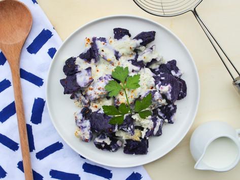 Gnocchi di patate e carote viola con salsa ai 4 formaggi: la ricetta per un giovedì «purple»