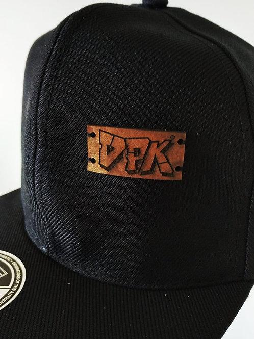 Boné preto, DPK em etiqueta de couro