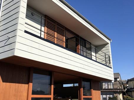 FU-CHI(古河の家)お引渡し。ヘリンボーンの床。木製サッシ。スチール階段。格子網戸付きインナーバルコニー。