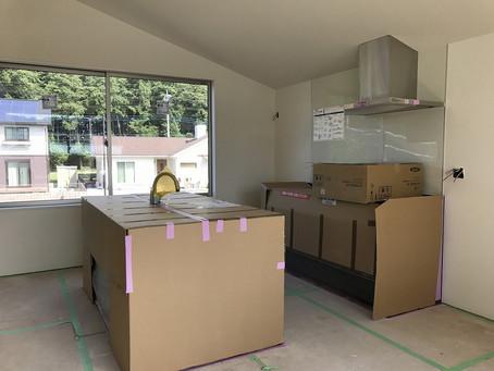 タイへ。新しい取り組みのため工場を視察に。中岡本の家にはキッチン取り付きました。