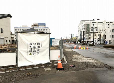 駅前大通りと桜通りの交差点にて診療所の基礎工事進行中。ふたつの現場は大工工事進行中。
