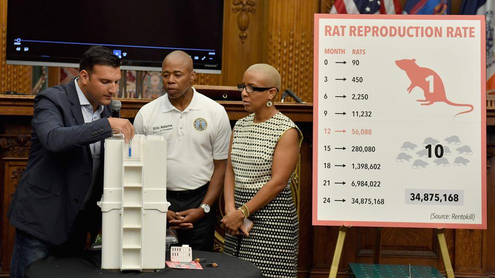 El presidente de Rat Trap Anthony Giaquinto junto al presidente de Brooklyn Eric Adams durante el anuncio de los resultados de la prueba piloto contra las ratas en Nueva York. (Angela Weiss / AFP)