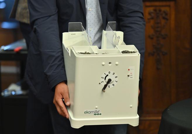 La máquina, llamada Ekomille, funciona con baterías y mide unos 60 cm de altura. (Angela Weiss / AFP)