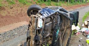 Mulher morre e outra fica ferida em capotamento na BR 282, em Pinhalzinho.