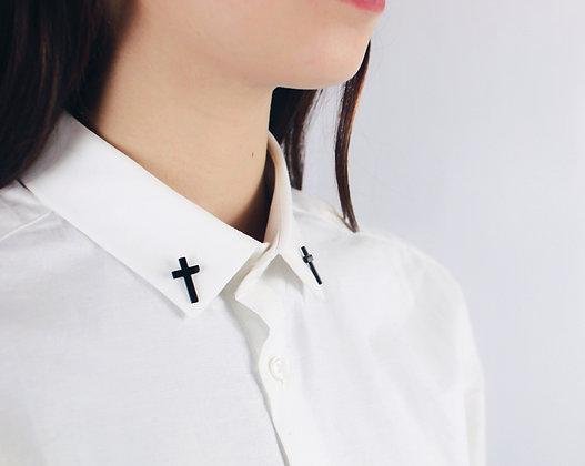 Pin's petite croix noire matte
