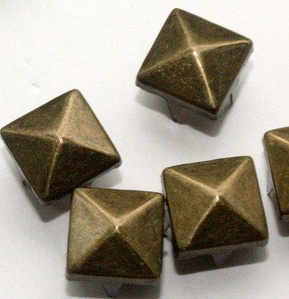 Clous pyramide bronze taille.M