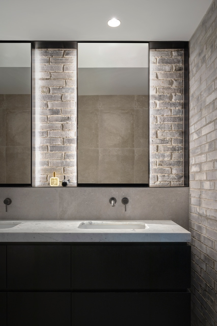 Petersen D91 bricks are a stunning addition to this ensuite bathroom