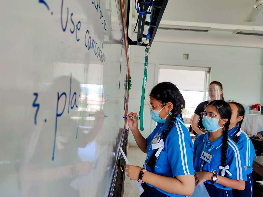 นักเรียนชั้นประถมศึกษา เรียนภาษาอังกฤษ