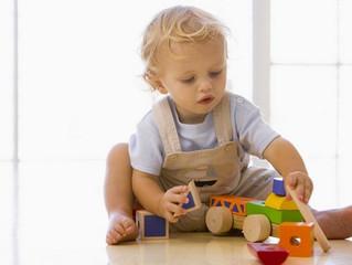 Вопрос: «Мой пятилетний сын часто играет сам с собой, со своими игрушками, а то и просто тем, что по