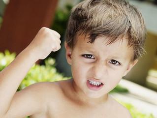 Ребенок дерется: как помочь драчуну?