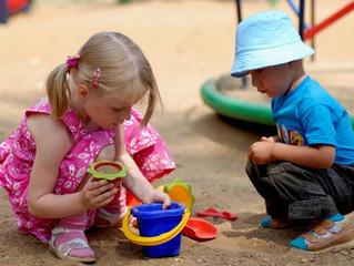 Песочница. Малыш отбирает чужие игрушки
