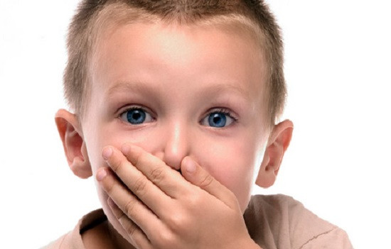мальчик-прикрывает-рот-ладонью.jpg