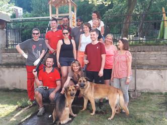 Dobrovolníci z firmy HILTI nám pomohli zvelebit zahradu