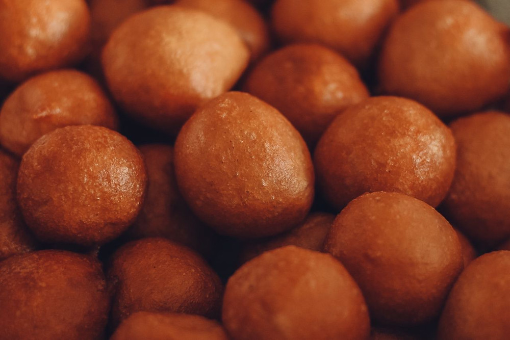 This picture depicts fried dough balls also known as puff puff