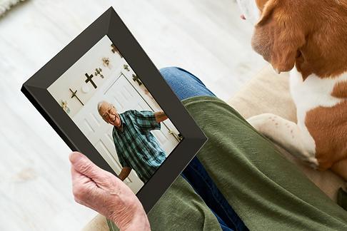02_senior-woman-showing-photo-to-dog-U5Z4F2P.png