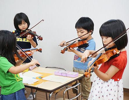 東京都豊島区のインターナショナルプリスクール「ミクロコスモスインターナショナルプリスクール」のピアノクラスの様子です。併設の音楽教室の講師が丁寧にピアノの奏法を教えます。