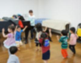 東京都豊島区のインターナショナルプリスクール「ミクロコスモスインターナショナルプリスクール」の年少クラスのリトミックの様子です。併設の音楽教室の講師がリトミッククラスを担当しています。