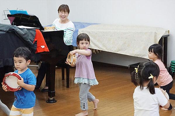 ミクロコスモスインターナショナルプリスクールのリトミックの様子です。併設の音楽教室の講師がリトミックの指導にあたります。