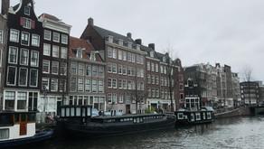 Hoe het is om te wonen en werken in Amsterdam uitgelegd in 200 woorden