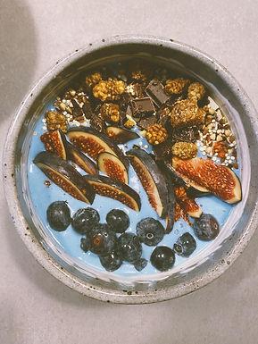 Blå bananbowl med figner og blåbær