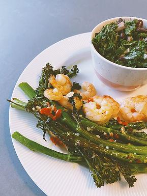 Hvidløgsrejer med broccolini og grønkåls salat