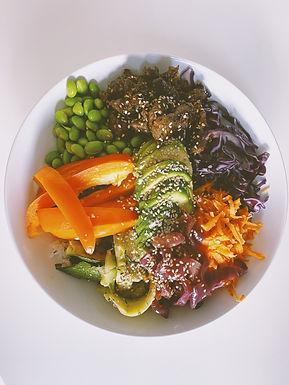 Pokebowl med marineret oksekød, syltede rødløg og peanutsauce